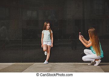 smartphone, prendre, enfant, mère, portrait, heureux