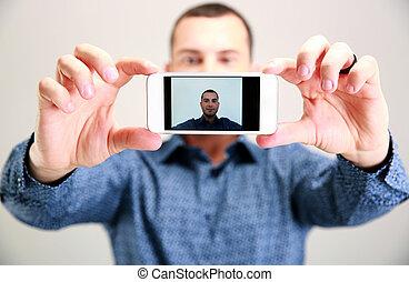 smartphone, prendre, foyer, selfie., homme, heureux