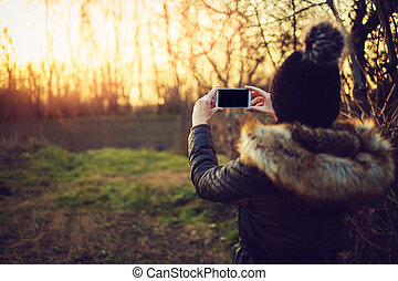 smartphone, prendre, jeune, photos, femme, séduisant