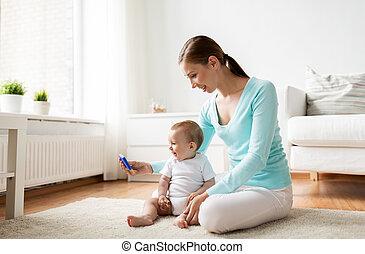 smartphone, projection, mère, bébé, maison, heureux