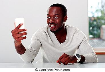 smartphone, regarder, rire, africaine, portrait, homme