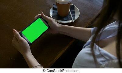 smartphone, restauracja, ekran, posiedzenie, znowu, kobieta, zielony, dzierżawa, sexy