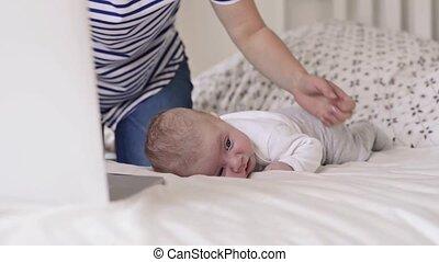 smartphone, séance, fils, lit, unrecognizable, mère, bébé