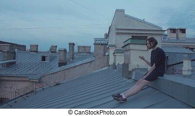 smartphone, séance, jeune, roof., utilisation, girl