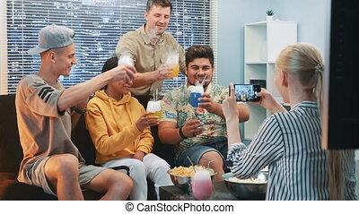 smartphone, séance, photo, haut, cocktails, fin, confection, girl, sofa, amis