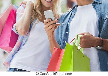 smartphone, se, handling snava, par, söt, ung