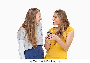smartphone, se, kvinnor, två, ung, lycklig