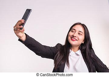 smartphone, selfie, handlowy, wpływy, kobieta, asian, tło, biały, uśmiechanie się