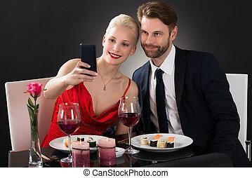 smartphone, selfie, jeune, leur, prendre, couple