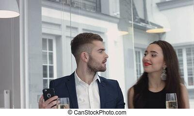 smartphone, selfie, restaurant, amusant, couple, gai, prendre