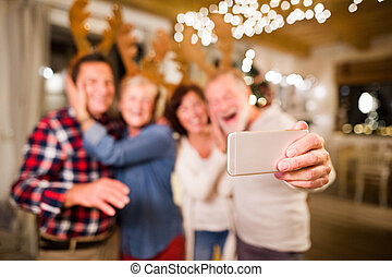 smartphone, selfie, time., prendre, personne agee, amis, noël