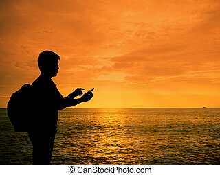smartphone, silhouette, coucher soleil, mains, plage, homme