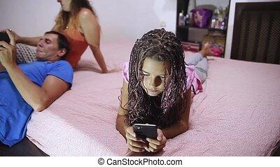 smartphone, style de vie, tablette, famille, séance, mobile, sofa, utilisation, laptop., téléphone, numérique, maison, girl, heureux