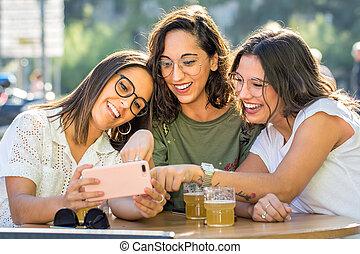 smartphone, terrace., lachender, threesome, freundinnen