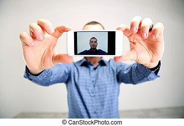 smartphone, toma, selfie., foco, retrato, hombre