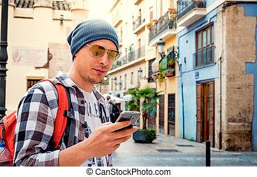 smartphone, town., 若い, 通り, 人, 使うこと, ハンサム, ヨーロッパ