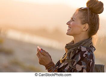 smartphone, turista, adattare, app, donna, usando, sorridente