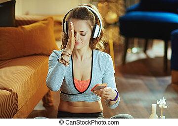 smartphone, via, yoga, schouwend, jonge vrouw , internet, leerprogramma