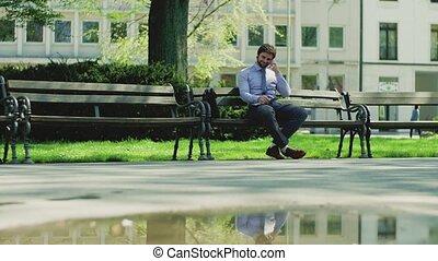 smartphone, ville, séance, jeune, téléphone, dehors, banc, confection, homme affaires, call.