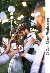 smartphones, 相片, 拿, 新郎, 新娘, 客人, 招待會, 婚禮, 外面。