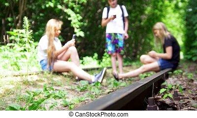 smartphones, abandonnés, pendre, ados, trois, leur, forêt, ferroviaire, amis