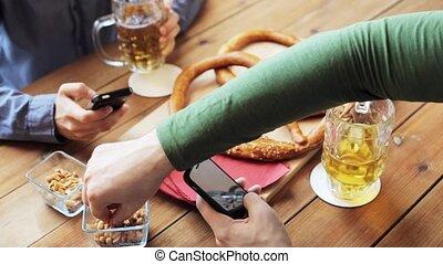 smartphones, barre, bière, boire, mâle, amis