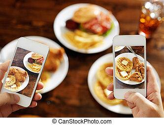 smartphones, nourriture, photo, prendre, deux, leur, amis
