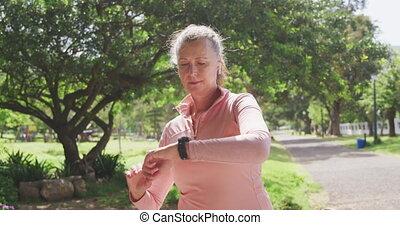 smartwatch, femme, utilisation, parc, personne agee