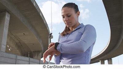 smartwatch, sporty, kobieta, na wolnym powietrzu, kaukaski, ...