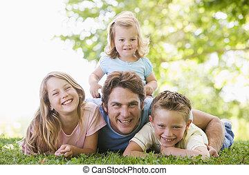 smil, familie, liggende, udendørs