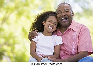 smil, granddaughter, bedstefaderen, udendørs