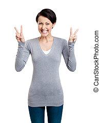 smiley, mulher, mostra, sinal vitória, com, duas mãos
