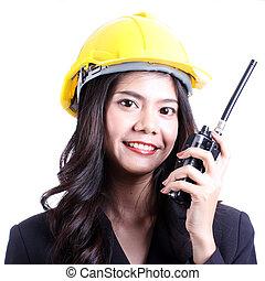 smilling, femme, ouvrier construction, conversation, à, a, walkie talkie, et, ordres, à, stop.