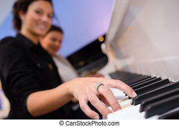 smily, donna, suonando pianoforte