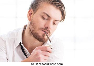 smoke., jeune, coupure, homme, beau, match nul chemise, éclairage, prendre, cigarette