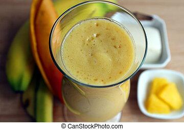 Smoothie mango, banana, pineapple