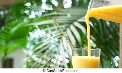 smoothie, serré, fraîchement, verre, fruit, verser