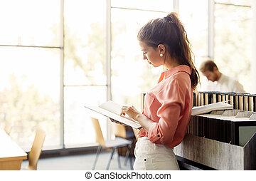 smuk kvinde, bog, bibliotek, læsning