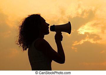 smuk kvinde, holde, megafon, og, råbte, into, det, hos, solnedgang