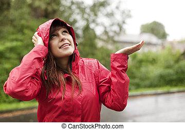 smuk kvinde, ind, regnfrakke, checking, by, regn