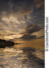 smukke, reflektion vand, i, stemningsfulde, cloudscape