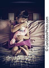 smutny, asian dziewczyna, posiedzenie, na, bed., winieta, obraz, style., niska tonacja, i, wysoki przeciwstawiają, skutek