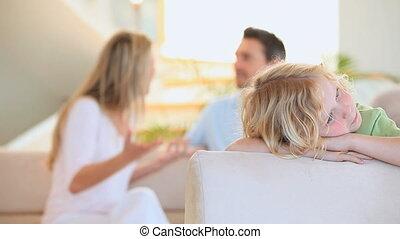 smutny, blond, chłopiec, słuch, jego, rodzice, argumentując