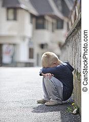 smutny, samotny, chłopiec, na, ulica