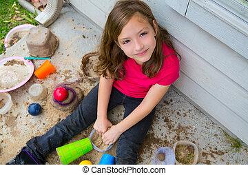 smutsa, leka, lera, rörig, stående, leende flicka