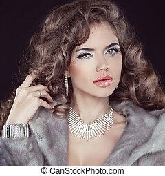 smycken, och sätt, elegant, lady., vacker kvinna, tröttsam, in, lyxvara, pälsfodra täcker, över, svart, bakgrund.