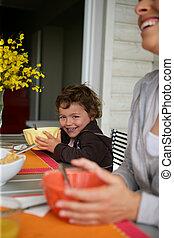 snídaně, obout si, zahrada, rodina, terasa