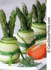 snack:, concombre, rouleaux, à, asperge, macro, vertical.