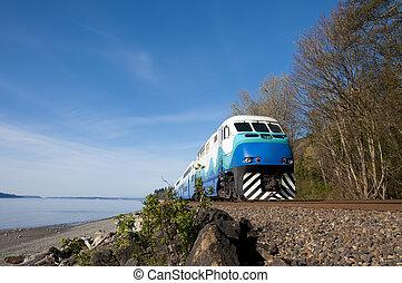 snel, de trein van de passagier, op, een, achtergrond, van, blauwe , sky.
