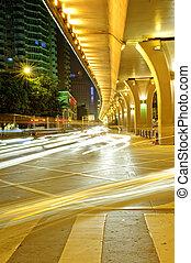 snel, stedelijke , nacht, viaduct, voertuigen, onder, wegen